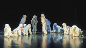 Niños que bailan en trajes del conejito Imágenes de archivo libres de regalías