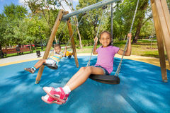 Niños que balancean en patio Fotografía de archivo