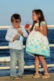 Niños que beben el jugo Imagenes de archivo
