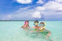 Niños que bucean en el mar Fotografía de archivo libre de regalías