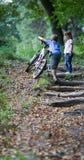 Niños en bosque imagen de archivo libre de regalías