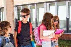 Niños que caminan en el campus de la escuela fotos de archivo