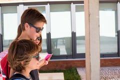 Niños que caminan en el campus de la escuela fotografía de archivo libre de regalías