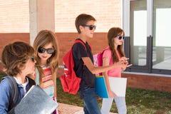 Niños que caminan en el campus de la escuela foto de archivo
