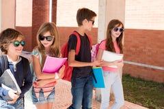 Niños que caminan en el campus de la escuela fotos de archivo libres de regalías