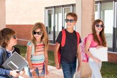 Niños que caminan en el campus de la escuela imagen de archivo libre de regalías