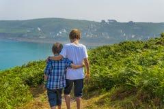 Niños que caminan hacia el mar fotografía de archivo libre de regalías