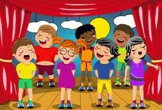 Niños que cantan el juego de la escuela de la etapa Fotografía de archivo libre de regalías