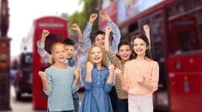 Niños que celebran la victoria sobre la ciudad de Londres Fotografía de archivo libre de regalías