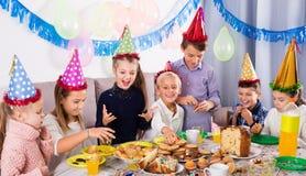 Niños que cenan el cumpleaños Imagen de archivo