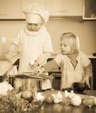 Niños que cocinan en cocina Imagen de archivo
