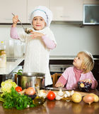 Niños que cocinan en cocina Fotografía de archivo