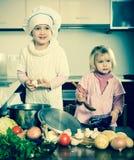 Niños que cocinan en cocina imagenes de archivo