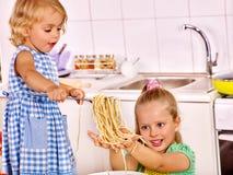 Niños que cocinan en la cocina Foto de archivo