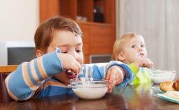 Niños que comen el desayuno de la lechería Imagen de archivo libre de regalías