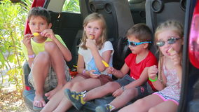 Niños que comen el helado metrajes