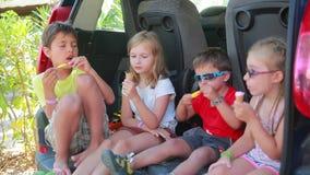 Niños que comen el helado almacen de metraje de vídeo