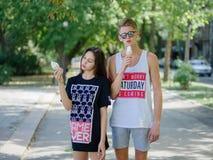 Niños que comen el helado Pares románticos una fecha en un fondo borroso del parque Concepto de la producción del helado Copie el Fotos de archivo libres de regalías