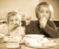 Niños que comen el postre fotos de archivo