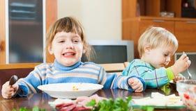 Niños que comen la comida Imágenes de archivo libres de regalías