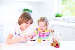 Niños que comen la fruta y el cereal Fotografía de archivo libre de regalías