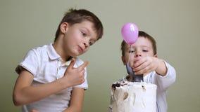 Niños que comen la torta de cumpleaños Fondo apetitoso de la torta almacen de metraje de vídeo