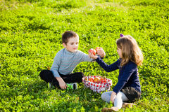 Niños que comen las frutas Imágenes de archivo libres de regalías