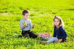 Niños que comen las frutas Fotografía de archivo