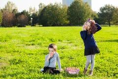 Niños que comen las frutas Imagen de archivo libre de regalías