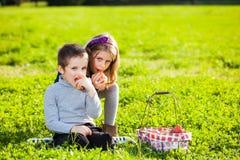 Niños que comen las frutas Imagenes de archivo