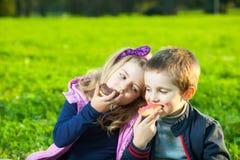Niños que comen los anillos de espuma Imagen de archivo