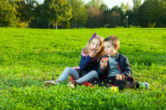 Niños que comen los anillos de espuma Fotos de archivo