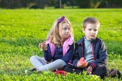 Niños que comen los anillos de espuma Imagen de archivo libre de regalías