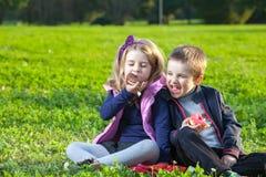 Niños que comen los anillos de espuma Imagenes de archivo