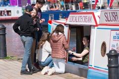 niños que compran helado local del barco el día de verano imagen de archivo libre de regalías
