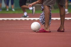 Niños que corren con la bola imagenes de archivo