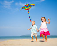 Niños que corren en la playa Foto de archivo