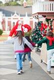 Niños que corren para abrazar a Santa Claus Imagen de archivo