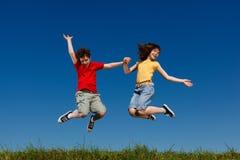 Niños que corren, salto al aire libre Imagenes de archivo
