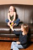 Niños que cosquillean pies con la pluma fotografía de archivo libre de regalías