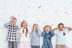 Niños que cubren sus ojos fotos de archivo