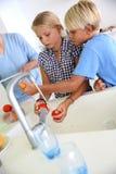 Niños que dan una mano a la cena del arreglo Fotografía de archivo