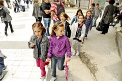 Niños que dan une vuelta en Bitola, Macedonia Foto de archivo libre de regalías
