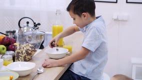 Niños que desayunan almacen de metraje de vídeo