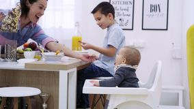 Niños que desayunan metrajes