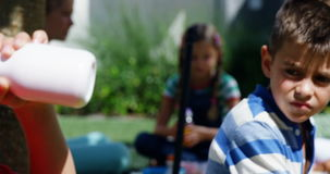 Niños que desayunan en campus almacen de video