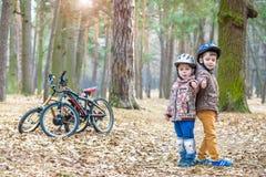 Niños que descansan después de biking imagen de archivo libre de regalías