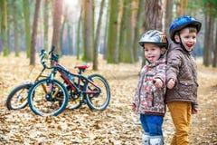 Niños que descansan después de biking fotografía de archivo