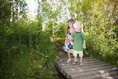 Niños que descubren la naturaleza junto Foto de archivo