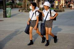 Niños que desgastan máscaras en Japón Foto de archivo
